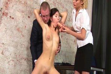 Брюнетку раздели догола и заставили сосать искусственные члены на секс-кастинге