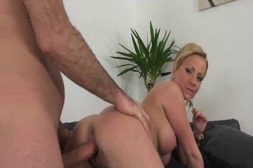Продюсер выебал блондиночку на порнокастинге