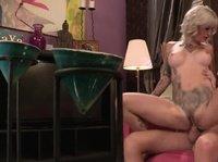 Хахаль ебет красивую татуированную блондиночку с силиконовыми дойками