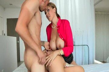 Парень трахает красивую блондинку и ее сисястую мамашу