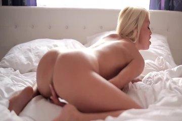Красивая блондинка встала раком и мастурбирует