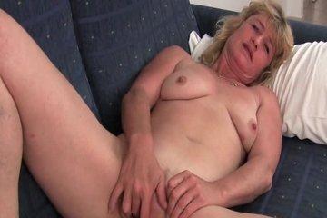 Зрелая блондинка мастурбирует на камеру