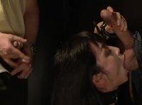 Парни трахают шикарную азиатку в анал, пизду и рот