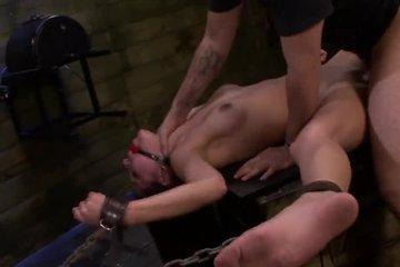 Господин приковал брюнетку цепями и жестко трахает в пизденку