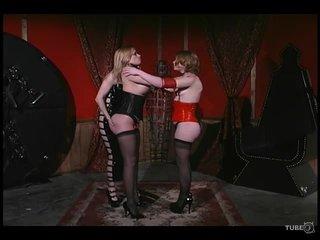 Госпожа устроила сеанс БДСМ двум сочным лесбиянкам