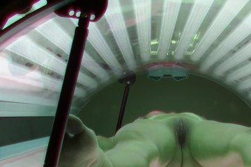 Скрытая камера сняла, как блондинка загорает в солярии без трусиков
