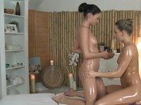 Озабоченная массажистка-лесбиянка ласкает очаровательную клиентку