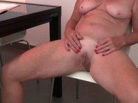 Опытная зрелая дама мастурбирует перед камерой