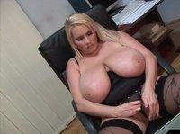 Сочная зрелая блондинка с большими сиськами мастурбирует перед камерой