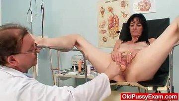 Гинеколог порадовал зрелую пациентку отличным фистингом