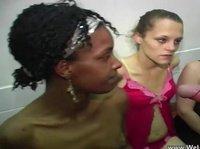 Парни устроили ганг-банг с возбужденными подружками и кончили им на лицо