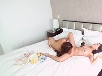 Молодые и сексуальные лесби лижут друг другу писечки