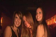 Горячие стройные шлюшки светят сиськами в ночном клубе