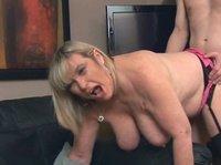 Хахаль отымел сочную зрелую блондинку с большими сиськами