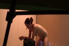 Молодая чикуля ласкает пизду при помощи секс-машины и демонстрирует это на вебку