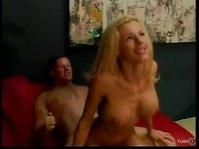 Блондинка улыбается и получает дикое удовольствие в сексе