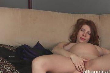 Беременная баба похотливо раздевается и ласкает вагину