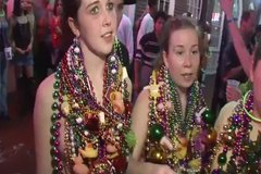 Горячие красотки ходят по улице и светят большими дойками
