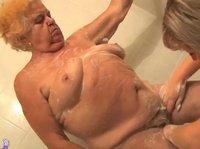 Моет престарелую толстую бабу и ублажает в ванной