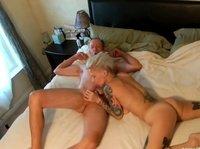 Татуированная шлюшка сосет и дрочит пенис своего клиента