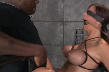 Сексуальная рабыня отдается хозяину в сексе с обертыванием
