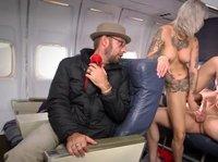 Возбужденная стюардесса ублажает одного из пассажиров