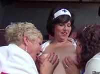 Три толстых медсестры развратно отдыхают после дежурства