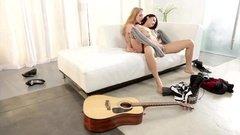 Красивые лесбиянки на белом диване устроили шикарный трах