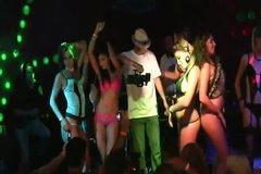 На элитной тусовке золотой молодежки выпившие девки танцуют