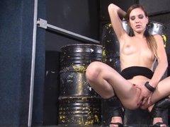 Стройная молодуха дрочит свою жаждущую секса пизду на складе