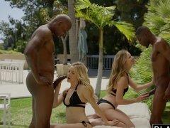 Две озорные блондинки сосут черные члены негров и шпилятся с ними