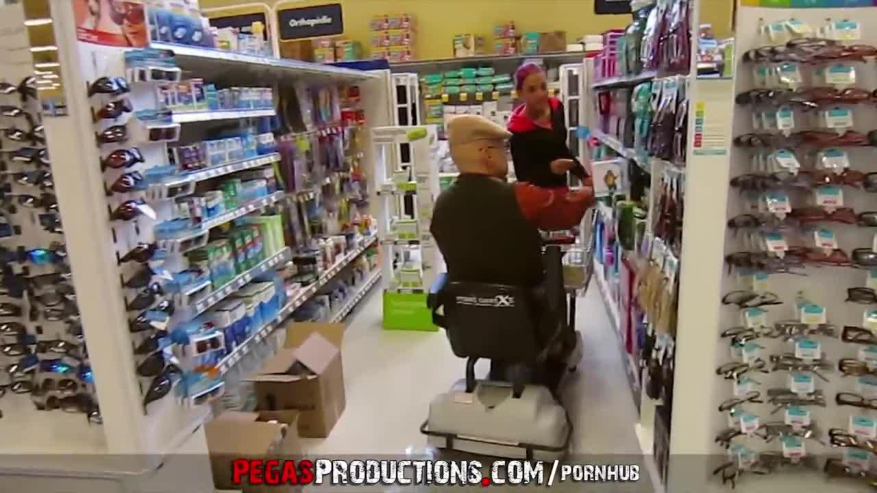 Молодая сиделка чпокается со стариком инвалидом и сосет его член
