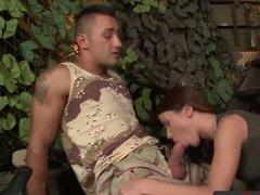 Пара солдат занимается сексом в армейской палатке