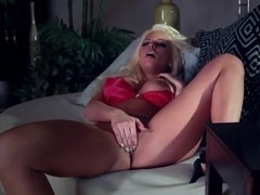 Шикарная мастурбация сиськастой блондинки с крутым оргазмом