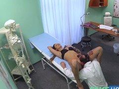 Скрытая камера записала секс врача с пациенткой на приеме