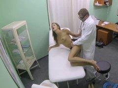 Скрытая камера сняла секс доктора и пациентки