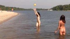 Голые девушки вовсю резвятся и отдыхают на пляже