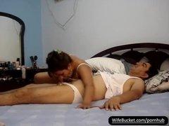 Жаркий секс супругов на камеру в постели