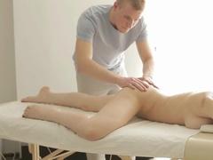Русский массажист возбудил клиентку на секс