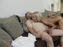 Шаловливая соседка соблазнила бородатого на трах