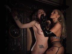 Госпожа связала и дрочит рабыне влагалище