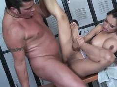 Страстный секс в раздевалке бассейна