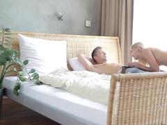 Девушка смотрит похотливо на ухажера и предлагает секс