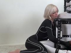 Строгая госпожа в латексе дрочит рабу