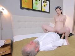Старик трахает девушку в постели и кончает
