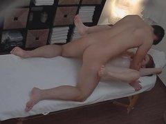 Наглый массажист трахнул клиентку после соблазнения