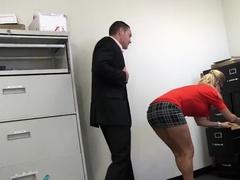 Зрелая секретарша соблазнила шефа на трах в офисе