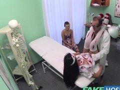 На приеме у врача групповуха с пациенткой