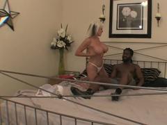 Грудастая блондинка с негром устроили дикий перепих на кровати
