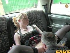 Жаркий секс с блондинкой в такси